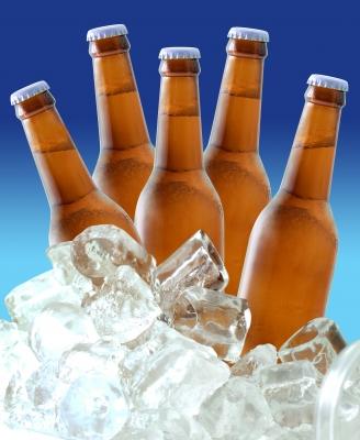 бутылки пива в кубиках льда
