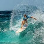 Серфингист на волнах
