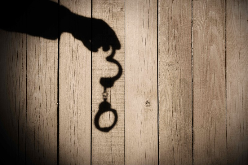 Рука с наручниками